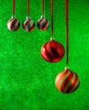 Décorations éclatantes de vacances de fond de Noël vert Photographie stock libre de droits
