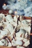 Décorations élégantes brillantes blanches et argentées de Noël dans la boîte, célébrant la nouvelle année 2017 à la maison Photos stock