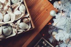 Décorations élégantes brillantes blanches et argentées de Noël dans la boîte, célébrant la nouvelle année 2017 à la maison Image stock