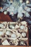 Décorations élégantes brillantes blanches et argentées de Noël dans la boîte, célébrant la nouvelle année 2017 à la maison Photo stock