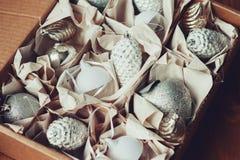 Décorations élégantes brillantes blanches et argentées de Noël dans la boîte, célébrant la nouvelle année 2017 à la maison Photo libre de droits