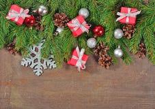 Décorations argentées et rouges de Noël et branche et cônes impeccables Photo libre de droits