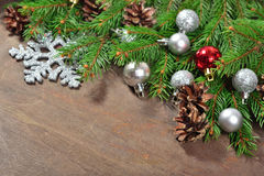 Décorations argentées et rouges de Noël et branche et cônes impeccables Image stock