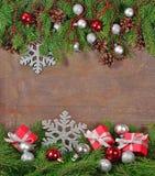 Décorations argentées et rouges de Noël et branche et cônes impeccables Photos stock