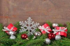 Décorations argentées et rouges de Noël et branche impeccable Photographie stock libre de droits