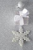 Décorations argentées scintillantes de Noël image stock