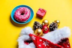 Décorations, beignet et cadeau de Noël Photographie stock libre de droits