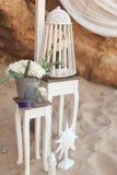 Décorations blanches de mariage dans le sable Photos stock