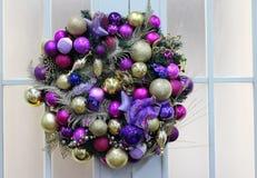 Décorations blanches de vacances de neige sur les boules de guirlandes d'arbre de Noël et la neige de scintillement image libre de droits