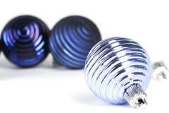 Décorations bleues de globe pour l'arbre de Noël Photographie stock libre de droits