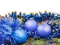 Décorations bleues de Noël sur la branche d'arbre verte Photographie stock