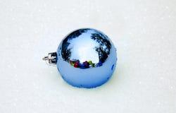 Décorations bleues de Noël sur la neige Photos libres de droits