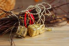 Décorations brillantes de Noël avec les éléments naturels images stock