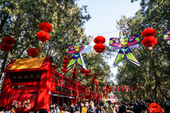 Décorations colorées et lanternes rouges sur le temple de festival de printemps juste, pendant la nouvelle année chinoise Photographie stock