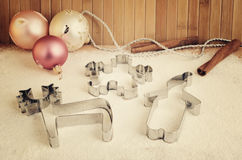 Décorations coupeurs de biscuit d'image et d'arbre de Noël teintés sur le Th Photos libres de droits