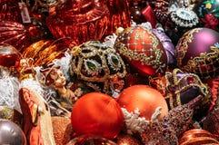 Décorations cramoisies d'arbre de Noël photo stock
