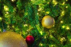 Décorations d'arbre de Joyeux Noël de diverses couleurs saisonnières Images stock