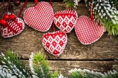 Décorations d'arbre de Noël accrochant sur la branche Image libre de droits
