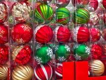 Décorations d'arbre de Noël dans une boîte Photo stock