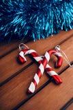 Décorations d'arbre de Noël sous forme de canne de sucrerie sur t en bois Photo stock