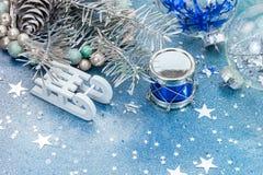 Décorations d'arbre de Noël sur le fond de scintillement bleu avec le sta Photos stock