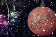 Décorations d'arbre de Noël sur une branche dans le style de vintage photos libres de droits