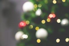Décorations d'arbre et de vacances de Noël Fond defocused brouillé image stock