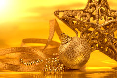 Décorations d'or de boule de Noël pour le fond de célébration image stock