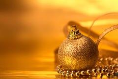 Décorations d'or de boule de Noël pour le fond de célébration photo stock