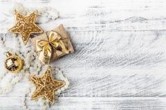 Décorations d'or de Noël avec des flocons de neige Photographie stock