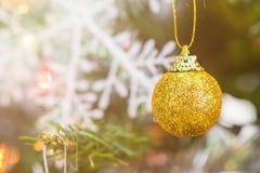 Décorations d'or de Noël de boule Image libre de droits