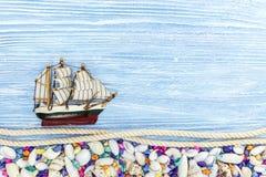 Décorations d'espèce marine sur le fond en bois bleu Image stock