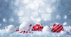 Décorations d'hiver avec la neige de scintillement Photographie stock