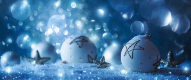 Décorations d'hiver avec la neige de scintillement Photos stock