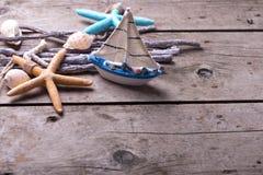 Décorations d'océan sur le fond en bois de vintage Photo stock