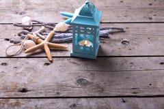 Décorations d'océan sur le fond en bois de vintage Images stock