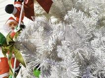 Décorations d'un arbre de Noël Santa Claus dans un arbre Image libre de droits