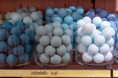 Décorations de boules de coton dans une boutique à vendre Photos stock