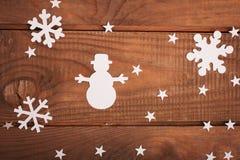 Décorations de cartes de Joyeux Noël dans la coupe de papier au-dessus d'en bois Images stock