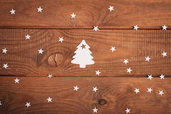 Décorations de cartes de Joyeux Noël dans la coupe de papier au-dessus du woodeno Photographie stock libre de droits