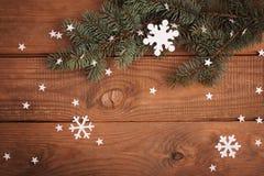 Décorations de cartes de Joyeux Noël dans la coupe de papier avec le sapin Photos stock