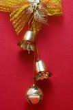 Décorations de cloche de Noël avec les milieux rouges photographie stock