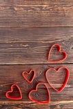 Décorations de coeurs sur le fond en bois Images stock