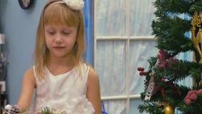 Décorations de fête Le travail d'un concepteur-décorateur À la veille de Noël banque de vidéos