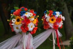 Décorations de fleur de mariage le long du bas-côté Images stock