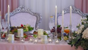 Décorations de fleur pour les vacances et le dîner de mariage banque de vidéos
