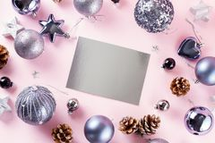Décorations de Gray Christmas sur le rose photographie stock