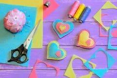 Décorations de jour de valentines Décorations de coeur de feutre, ciseaux, fil, pelote à épingles, dé, feuilles de feutre et morc Image stock