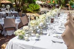Décorations de la table de mariage avec des fleurs et des plats Photographie stock