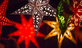 Décorations de lumières de Noël au marché libre de Southwark à Londres Fond de Noël Photographie stock libre de droits